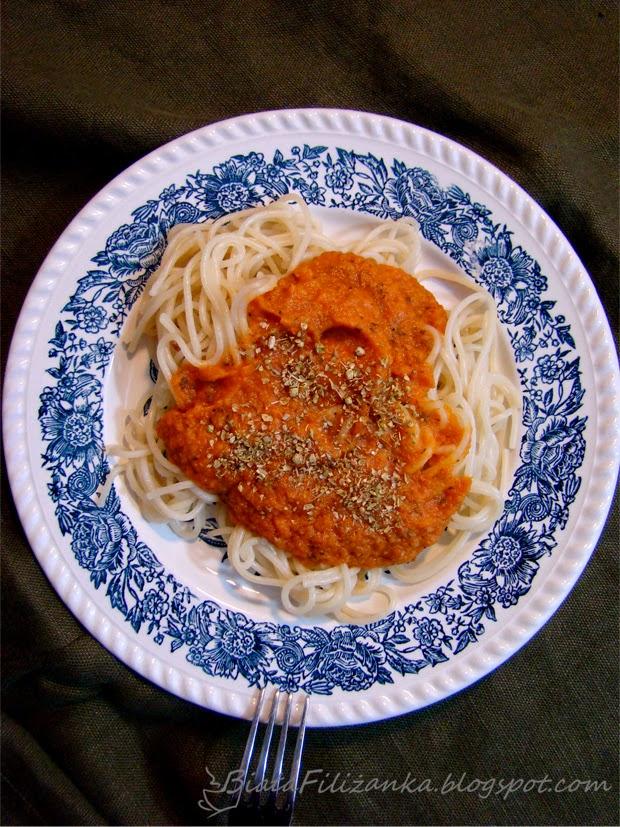 Jak zrobić wegańskie spagetti z sosem warzywnym?