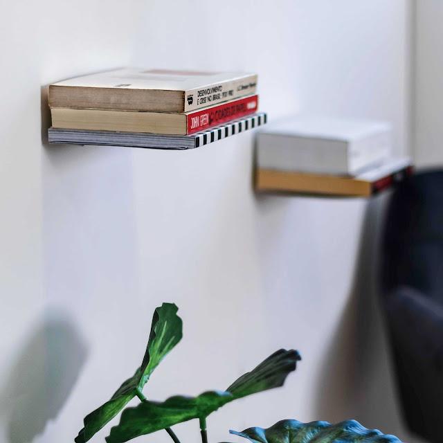 Aparador invisível para livros aramado