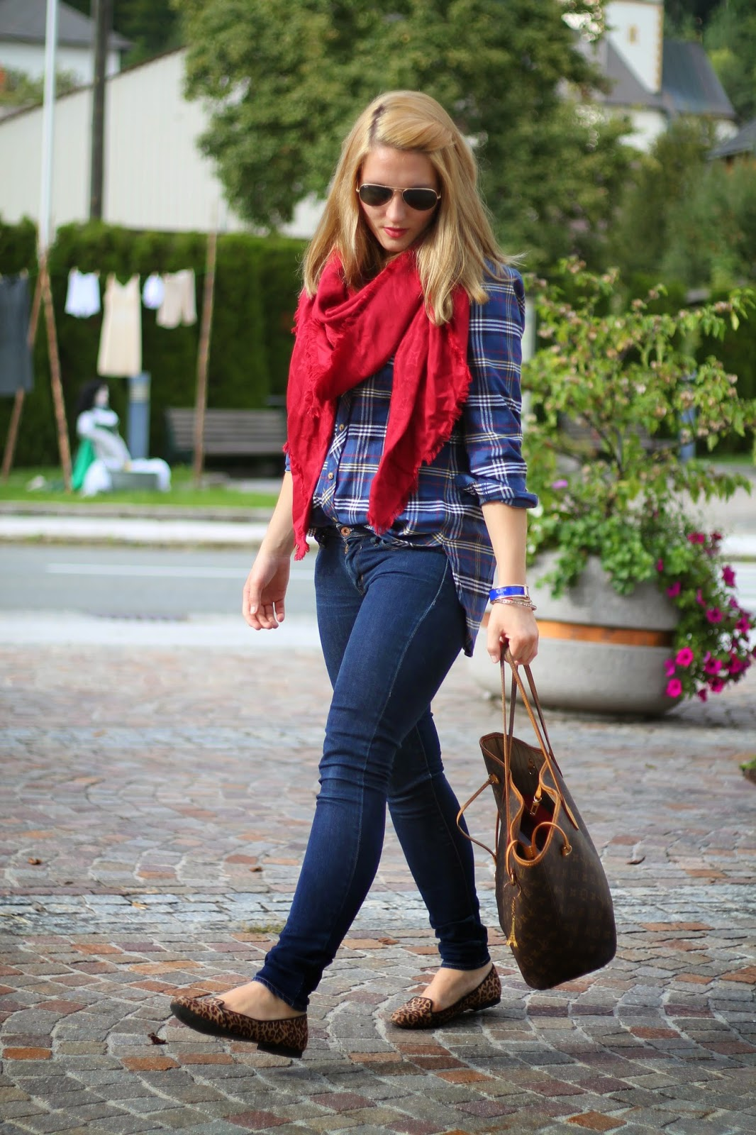 Fashionblogger Austria / Österreich / Deutsch / German / Kärnten / Carinthia / Klagenfurt / Köttmannsdorf / Spring Look / Classy / Edgy / Autumn / Autumn Style 2014 / Autumn Look / Fashionista Look / Louis Vuitton Red Scarf / Louis Vuitton neverfull Monogram Canvas / Ray Ban Sunglasses Aviator Pilotenbrille / Jeans Levis / Leo Loafers Flats /