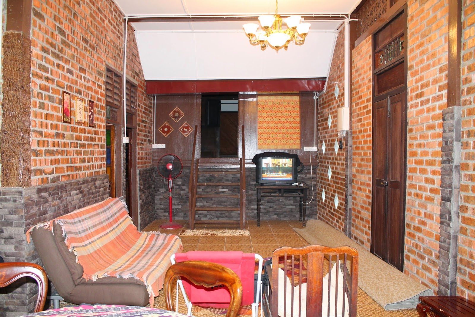 homestay rumah liza ruang tv dan sofa bed