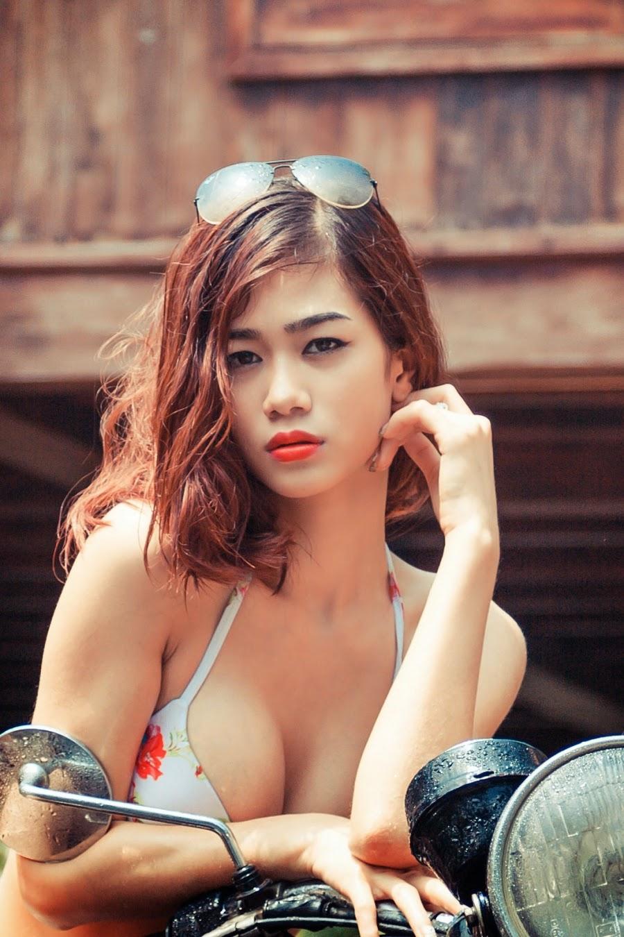 Người đẹp nóng bỏng rửa xe khoe vòng một