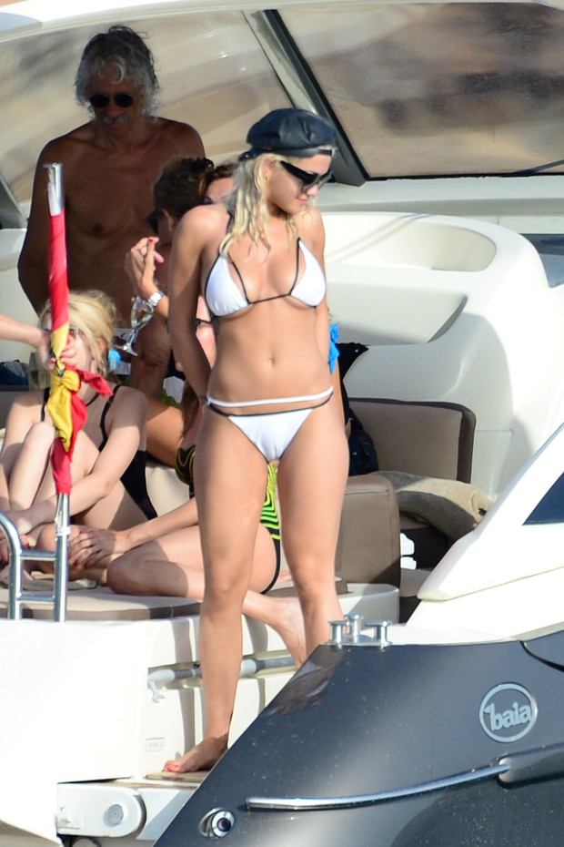 Rita Ora uses white bikini and shows good form in late on yacht