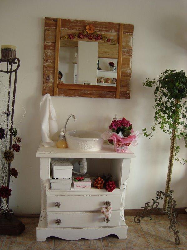 decoracao banheiro velho : decoracao banheiro velho:Olha que ar romântico esse antigo buffet deu ao banheirolindo!