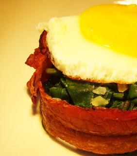 Receita de Ovo frito com bacon e espinafre