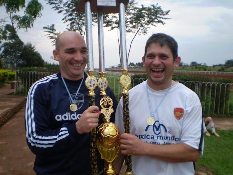 La pareja de Bailarines con el trofeo