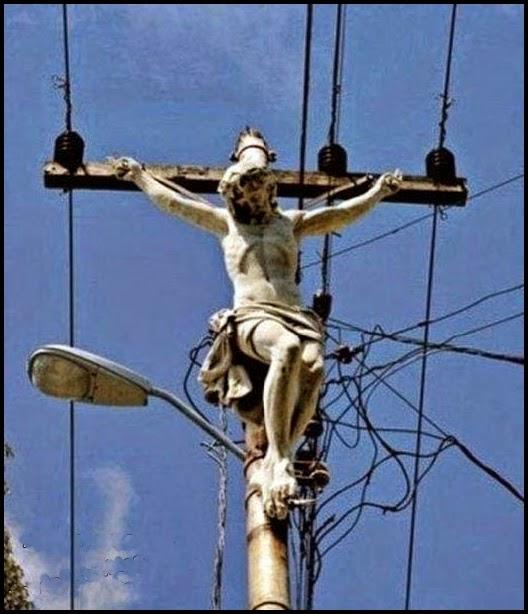Cristo crucificado en poste de tendido electrico.
