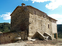 Les façanes nord i de ponent, aquesta amb contraforts, de la masia La Vall