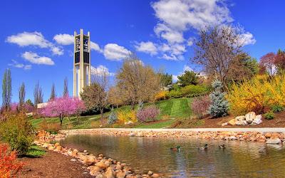 Río con patitos en el jardín de la torre de las campanas