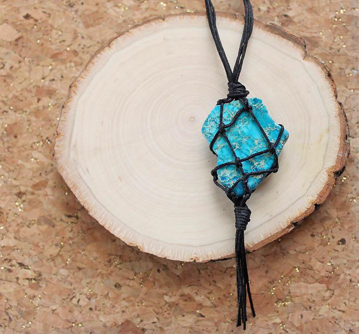 材料は紐と石だけ★天然石のマクラメ編みペンダントの作り方