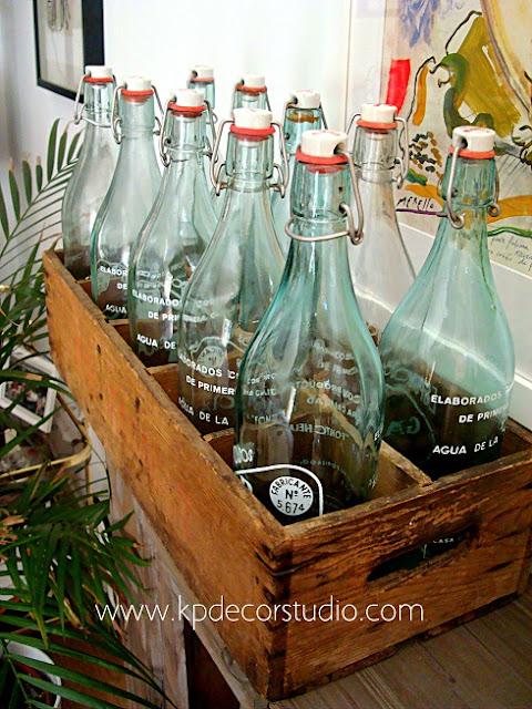 Botellas de cristal y cajas de madera antiguas de refrescos, casera, espumosos. Objetos vintage para decoradores de restaurantes y bares.