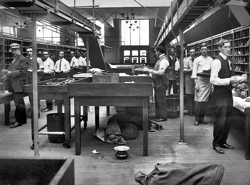 Alma de herrero tirando correo for Oficina de correo postal