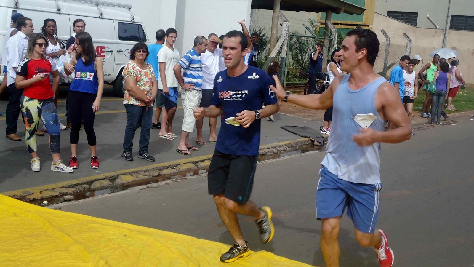 Foto 154 da 1ª Corrida Av. dos Coqueiros em Barretos-SP 14/04/2013 – Atletas cruzando a linha de chegada