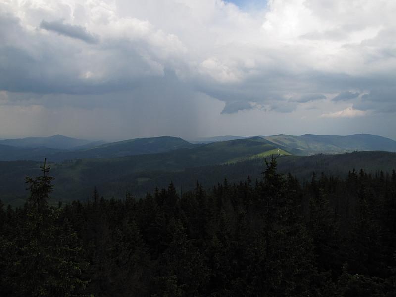 Widok z Baraniej Góry w kierunku północnym. Z prawej widoczne jest Skrzyczne z masztem.