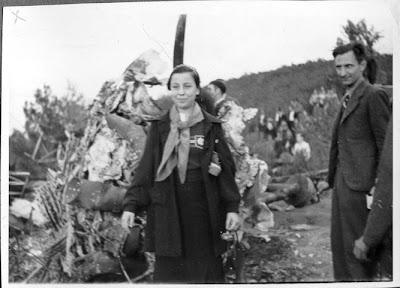 Adelina Abramson al Coll de Moncada amb les restes d'un Savoia abatut.