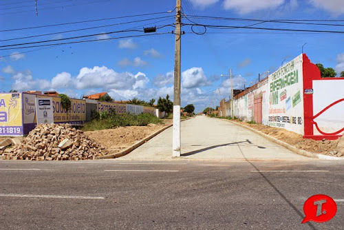 Prefeitura de Parnaíba resolveu aloprar definitivamente colocando poste da Eletrobrás no meio da rua