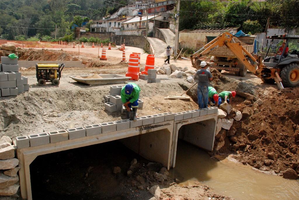 Novas pontes estão sendo construídas nas comunidades