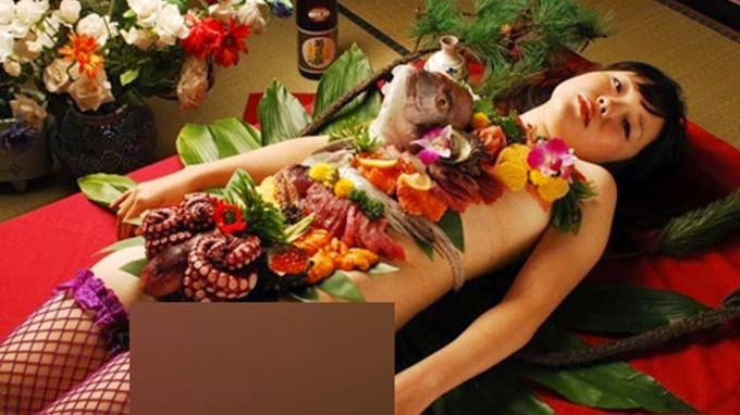 Tradisi Santap Makanan di Atas Tubuh Wanita Tanpa Baju di Jepang