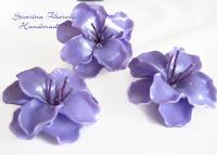 Лилави цветя от полимерна глина