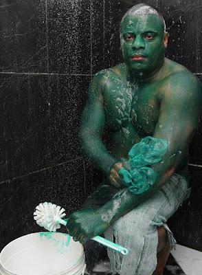 brasilero se pinta de verde como hulk