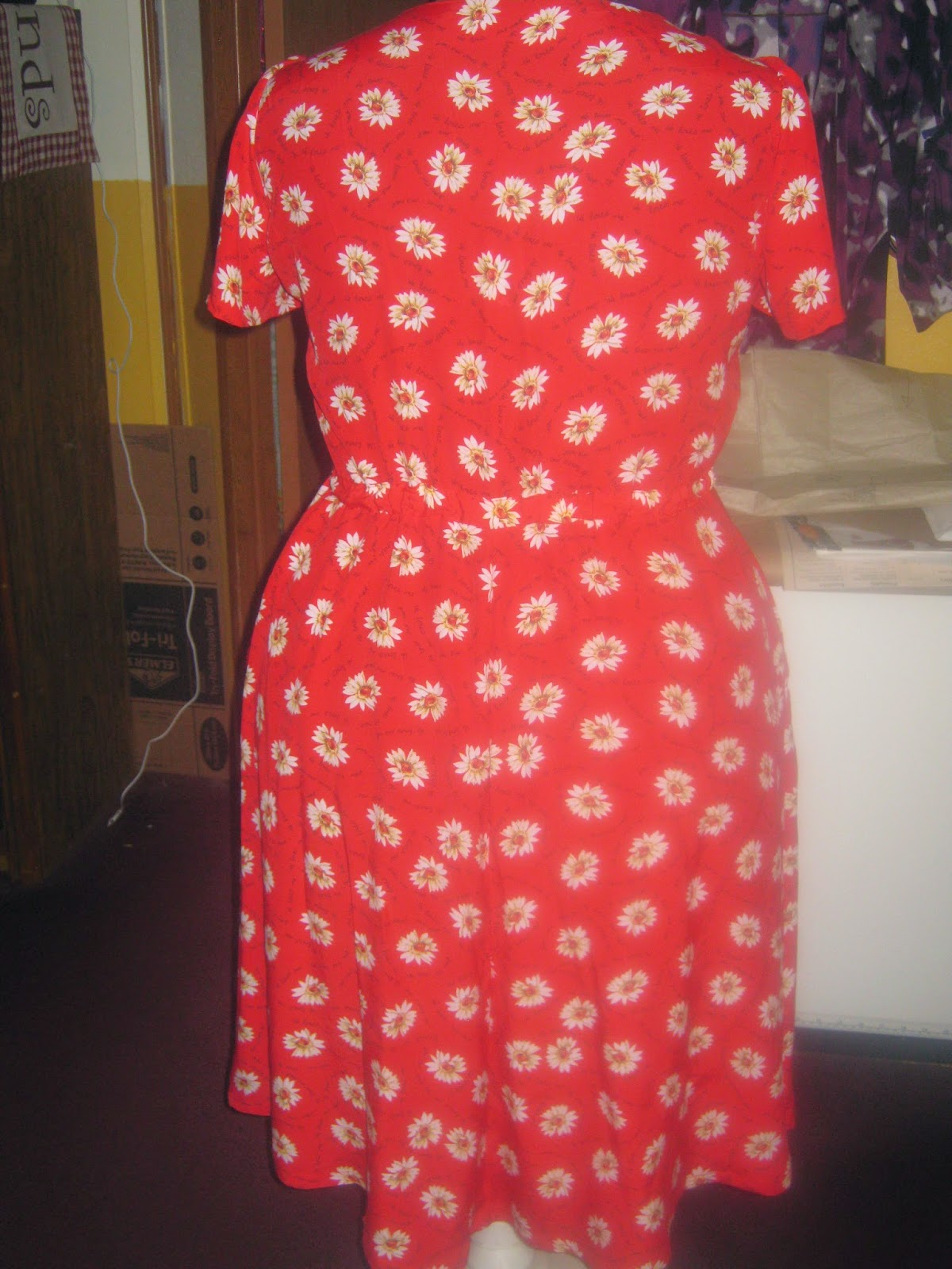 New Look 6653 Dress Back View Daisies on Red www.sewplus.blogspot.com
