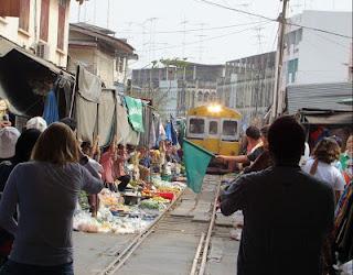 Pasar Maeklong di Samut Songkram Thailand