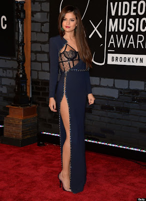 Selena Gomez aparece em vestido da Versace modas no MTV Video Music Awards 2013.