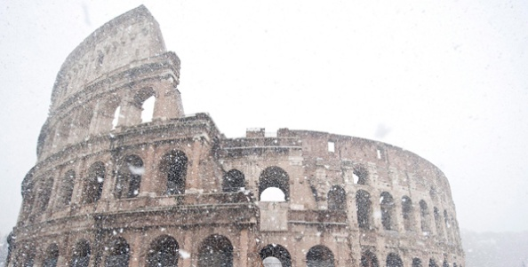 Coliseo romano nevado