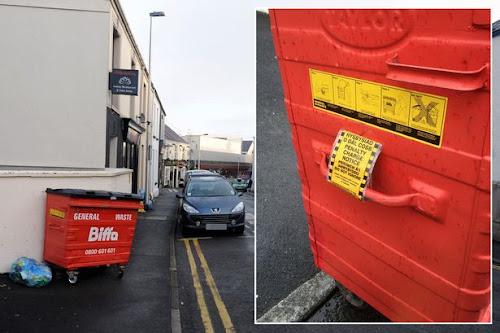 Lixeira multada por estacionamento proibido