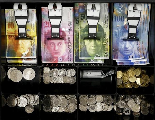 В Швейцарии собираются ежемесячно выплачивать гражданам по 2500 евро