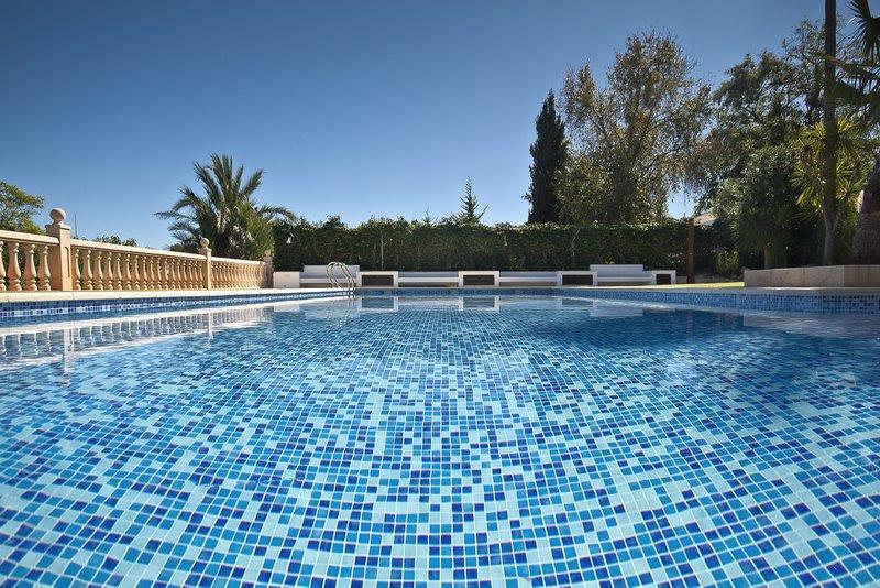 Colores de agua para piscinas lucas gunitec for Piscina que pierde agua