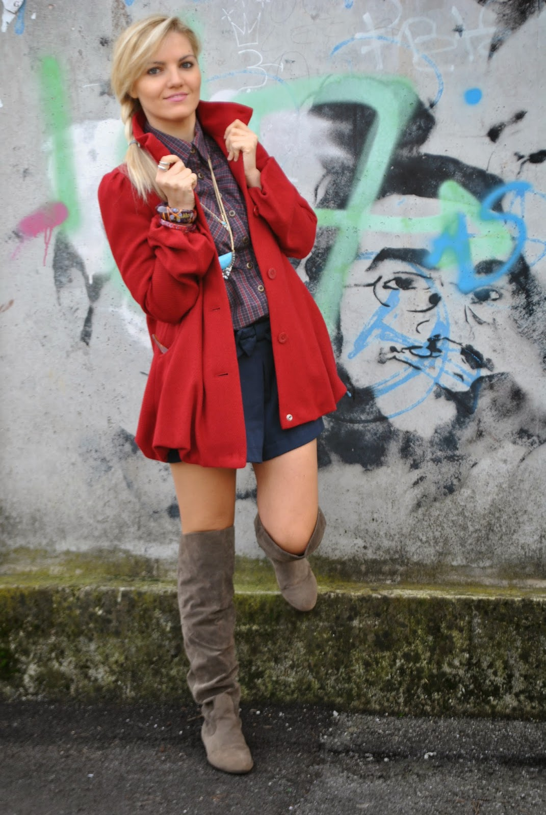 Outfit shorts e camicia shorts blu con fiocco outfit camicia a quadri outfit cappotto rosso Sisley outfitcuissardes outfit stivali al ginocchio pimkie borsa pepe jeans abbinamenti cappotto rosso abbinamenti camicia a quadri come abbinare il cappotto rosso come abbinare la camicia a quadri collana majique majique London jewels outfit autunnali outfit novembre 2014 outfit mariafelicia magno outfit mariafelicia magno fashion blogger di colorblock by felym acconciatura treccia laterale majique London necklace pimkie boots fashion blog italiani fashion blogger italiane fashion blogger bionde fashion bloggers Italy Italian fashion blogggers Italian girls abbinamenti rosso e blu outfit rosso e blu come abbinare rosso e blu