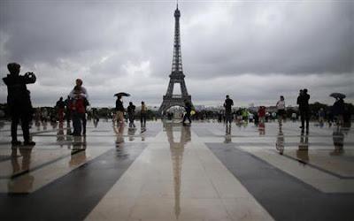 Turistas são retirados às pressas da Torre Eiffel devido a um alerta de bomba.