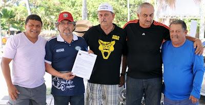 Membros do Clube do MP de Pernambuco com o estatuto em mãos.