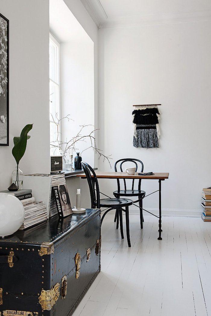 detalle salón piso pequeño en blanco y negro