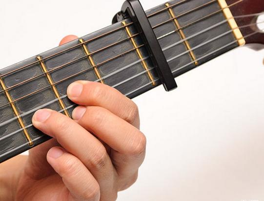 cara memasang capo gitar