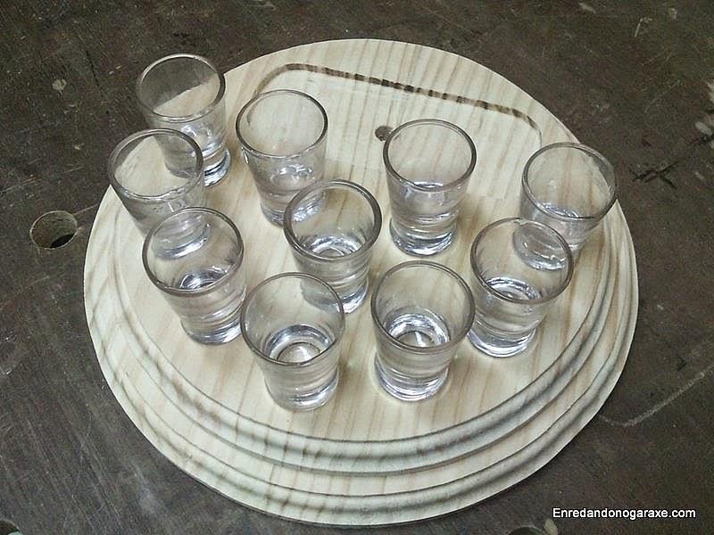 Ordenar los vasos de chupito en la bandeja. Enredandonogaraxe.com