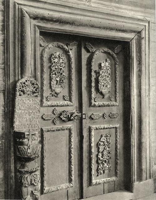 Przedbórz, nieistniejąca bóżnica - wnętrze sali z widokiem na drzwi wejściowe.
