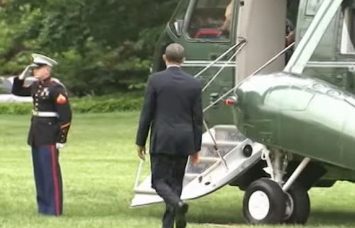 Obama não saúda militar à entrada do helicóptero, e o que faz em seguida é de louvar.