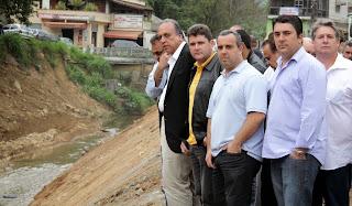 Pezão e Arlei, acompanhados de comitiva, visitam as obras de contenção de margens de rio na Ponte do Imbuí
