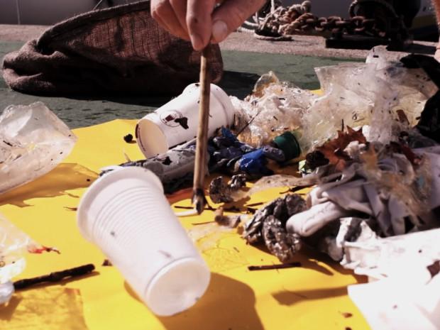 Inovasi Tempat Sampah yang Bisa Menyerap Sampah di Lautan