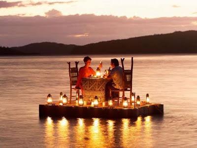 Foto cena romántica en el agua