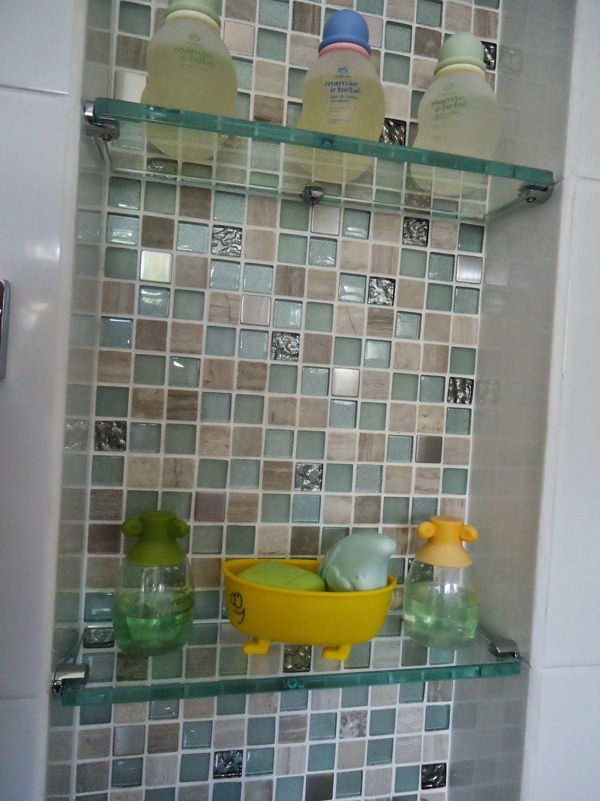 Nichos e pastilhas de vidro em banheiro infantil #766D33 1200 1600