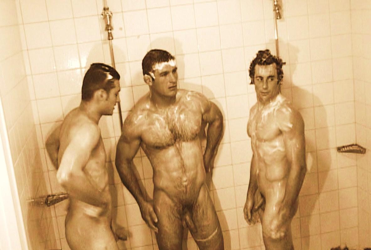 фотр голых парней в душе на пляже