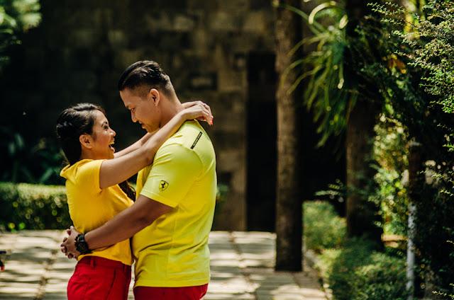 prewedding casual dengan kostum warna kuat kuning dan merah