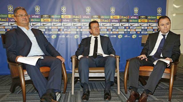Dunga convocou os 22 jogadores para o amistoso contra a França ao lado do técnico Rogério Micale (à esquerda) (Foto: CBF/ Divulgação)