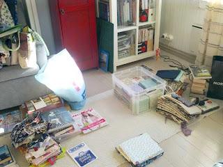 Ompeluhuoneen (eli makuuhuoneen) lattia täynnä tavaraa