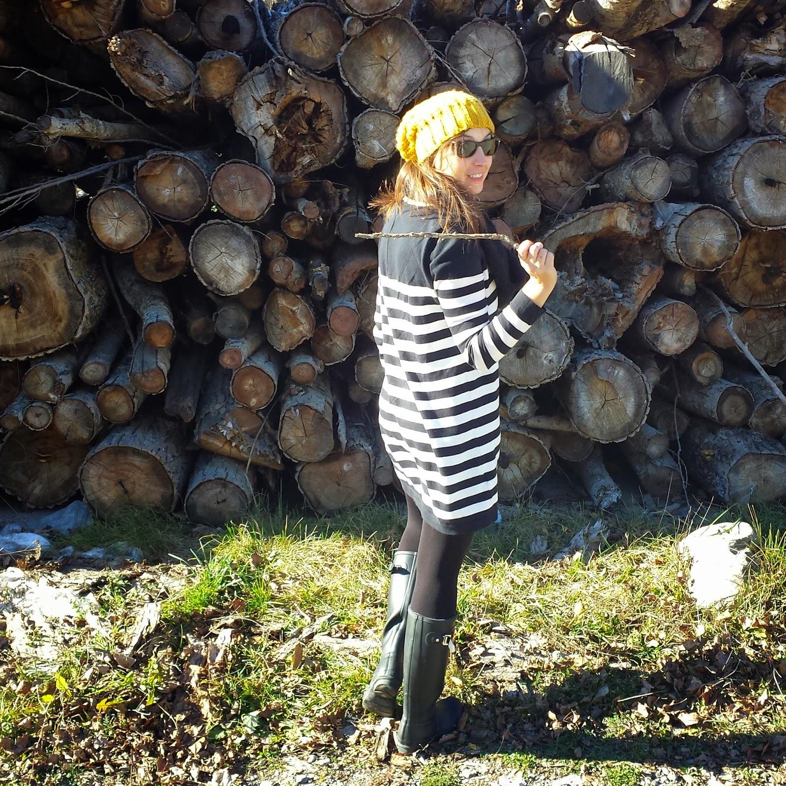 vestido de punto ideal para un outfit de invierno con botas hunter