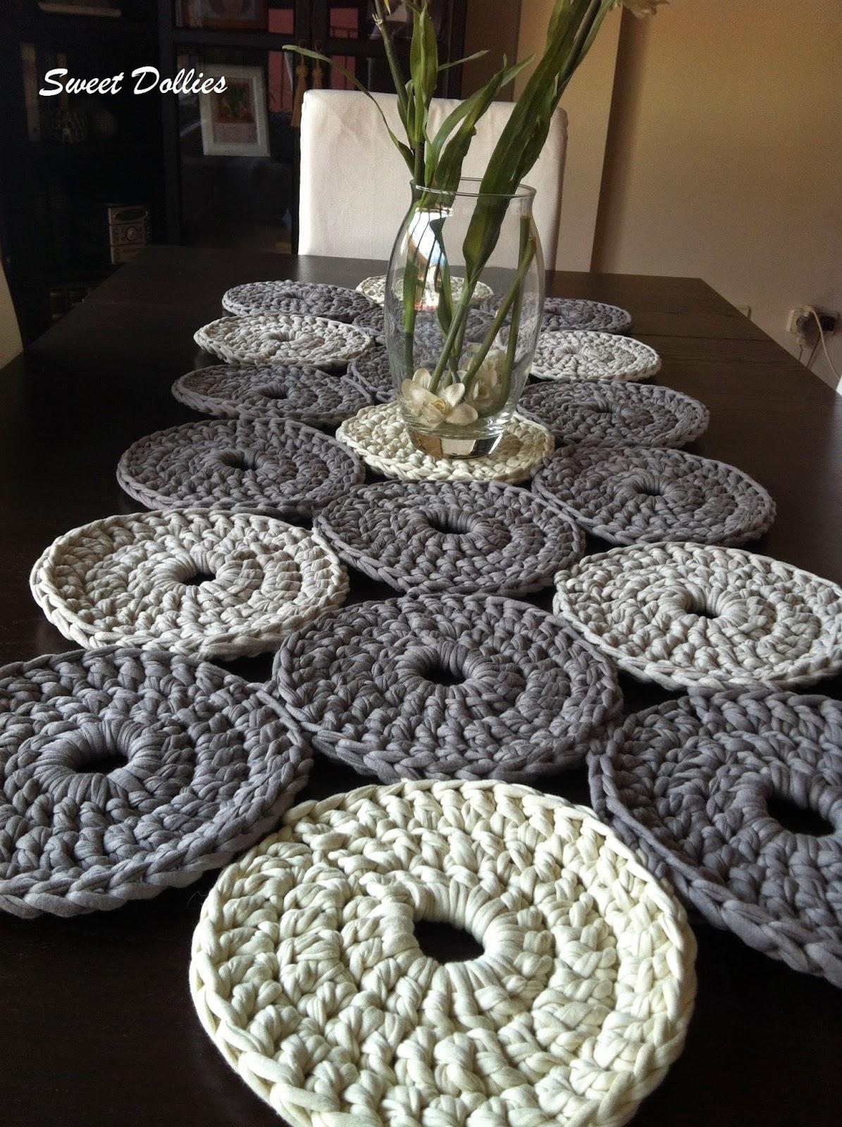 sweet dollies camino de mesa de trapillo a crochet. Black Bedroom Furniture Sets. Home Design Ideas