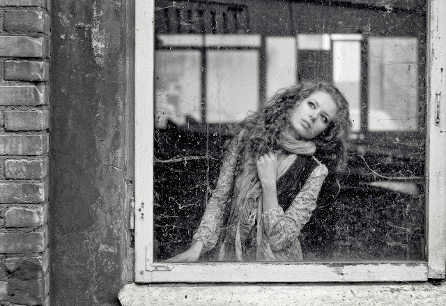 девушка в заброшенном здании