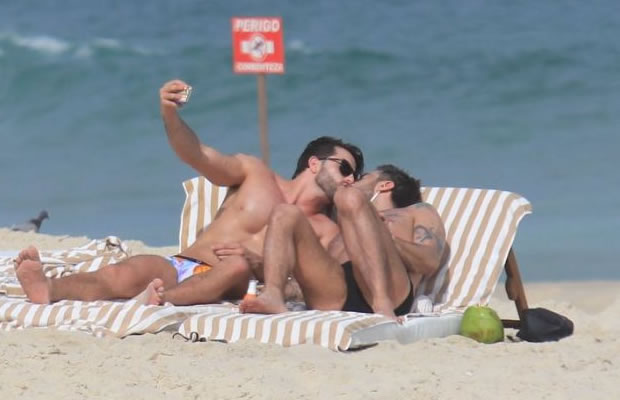 Marc Jacobs e Harry Louis trocam beijos em público (Foto: Rodrigo dos Anjos/AgNews)